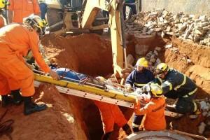 Trabalhador sendo resgatado após desmoronamento em obra causado por forte chuva