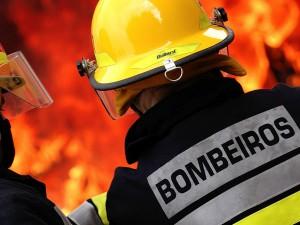 Bombeiros apagando foco de incêndio