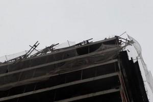 Forte ventos podem provocar queda de artefatos de prédio em construção.