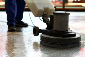 Enceradeira industrial na limpeza pós-obra